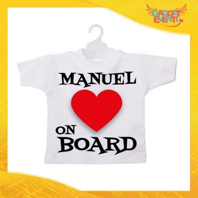 """Mini T-Shirt Bianca Personalizzata """"Heart on Board con Nome"""" Auto Bimbo a Bordo con Gruccia e Ventosa Gadget Eventi"""