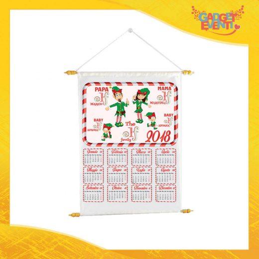 """Calendario Natalizio Personalizzato con Nomi Grafica Bianca """"The Elf Family"""" con Asta per appenderlo Idea Regalo Festività Natalizie Gadget Eventi"""