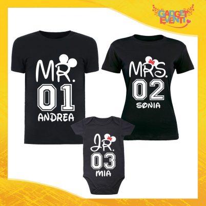 """Tris di T-Shirt Nere con Body """"Mr Mrs Junior con Nome e Numero"""" Magliette per Tutta la Famiglia Completo di Maglie Padre Madre Figli Idea Regalo Gadget Eventi"""