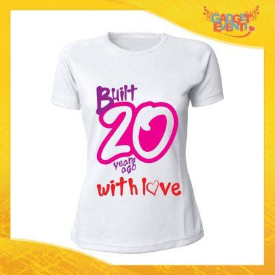 """T-Shirt Donna Bianca """"Built With Love"""" Maglietta Femminile Birthday per Feste di Compleanno Idea Regalo per Compleanni Gadget Eventi"""