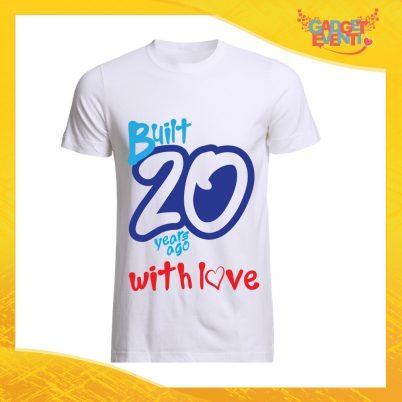 """T-Shirt Uomo Bianca """"Built With Love"""" Maglietta Maschile Birthday per Feste di Compleanno Idea Regalo per Compleanni Gadget Eventi"""