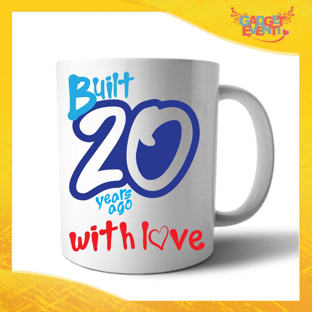 """Tazza Personalizzata """"Built With Love"""" Grafica Azzurra Mug per Compleanni Regalo Tazze Originali per Feste di Compleanno Gadget Eventi"""