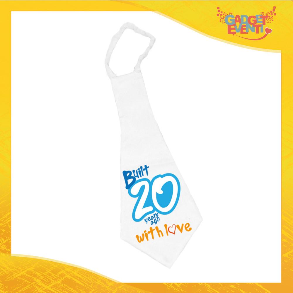 """Maxi Cravatta Personalizzata """"Built With Love Ventesimo"""" Cravattone Originale Idea Regalo per Festa di Compleanno Gadget Eventi"""