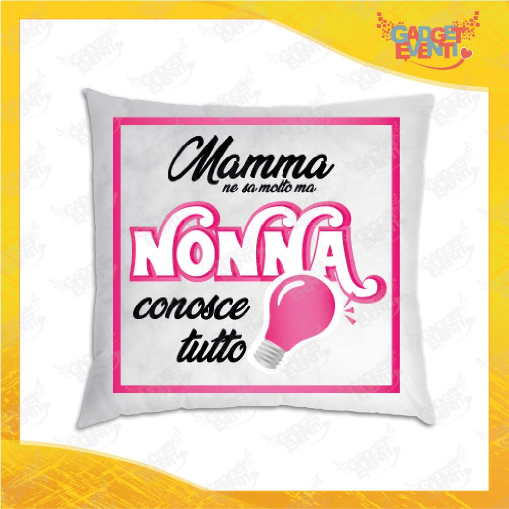"""Cuscino Quadrato Divano Letto Poltrona """"Nonna Conosce Tutto"""" grafica rosa Idea Regalo per Festa dei Nonni Gadget Eventi"""