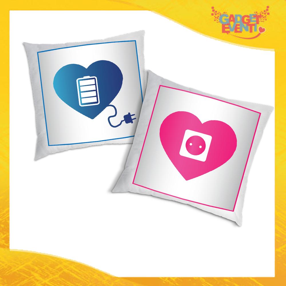 """Coppia di Cuscini Love Quadrati Divano Letto Poltrona """"Amore Ricarica"""" Idea Regalo San Valentino per Coppie di Innamorati Gadget Eventi"""