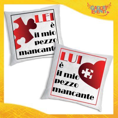 """Coppia di Cuscini Love Quadrati Divano Letto Poltrona """"Pezzo Mancante"""" Idea Regalo San Valentino per Coppie di Innamorati Gadget Eventi"""